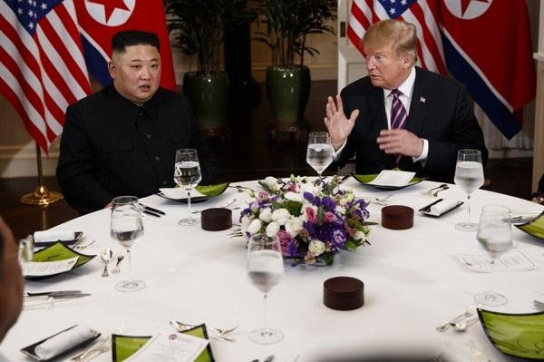 Tổng thống Mỹ Donald Trump và Chủ tịch Triều Tiên Kim Jong-un dùng bữa tối tại khách sạn Sofitel Legend Metropole Hà Nội. (Nguồn: Fox News)