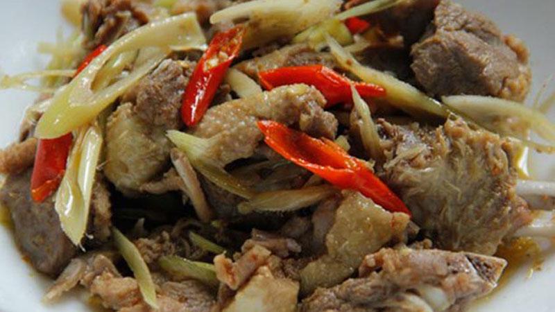 Cho thịt vịt kho ra đĩa, trang trí theo sở thích rồi thưởng thức thôi nào.