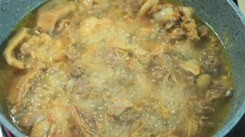 Khi thấy nước trong nồi sôi lên thì mở nắp ra, kho tiếp 15 phút cho thịt vịt chín mềm.
