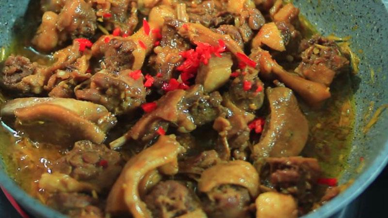 Sau đó cho hết phần ớt băm vào, đảo đều, nêm nếm với gia vị cho vừa ăn, rồi tắt bếp.