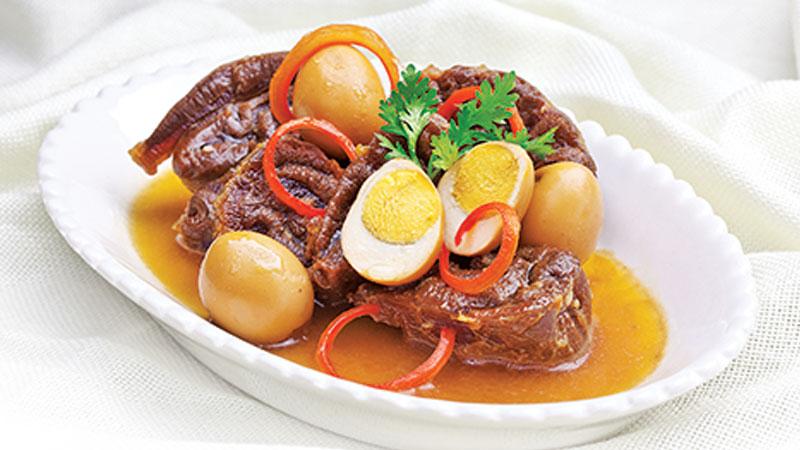 Cho thịt bò kho tàu ra đĩa, trang trí theo sở thích, vậy là bạn đã có một đĩa thịt kho ngon lành rồi, thưởng thức thôi nào.