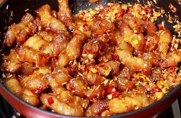 Đổi vị cho cả gia đình với món thịt rang sả ớt cay nồng, đậm đà