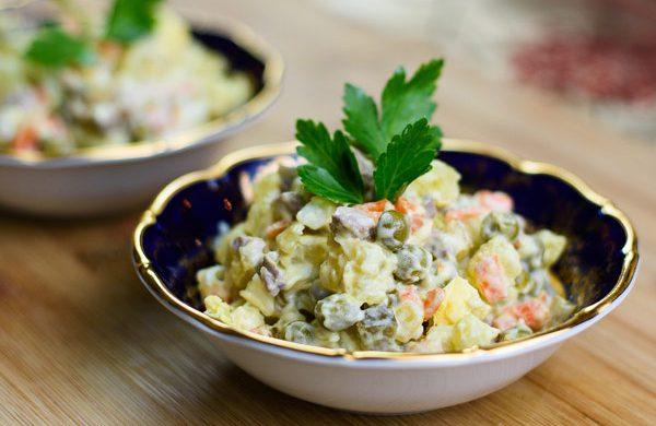 Hướng dẫn làm món salad Nga cực đơn giản lại ngon cho các mẹ nội trợ