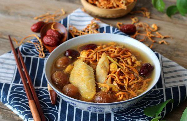 Nấu súp gà đông trùng hạ thảo cho làn da thêm hồng hào, mịn màng mùa hanh khô