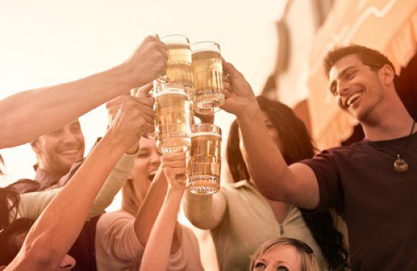 Vì sao anh em ta thích uống bia?